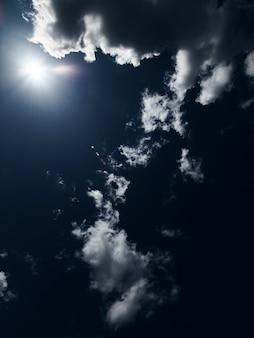 Błękitne niebo z chmurą zbliżenie