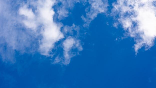 Błękitne niebo z chmurą.