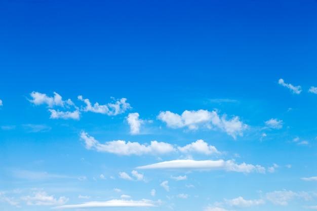 Błękitne niebo z chmurą