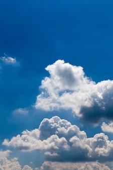 Błękitne niebo z chmurami cumulusów białe w sezonie wiosennym.