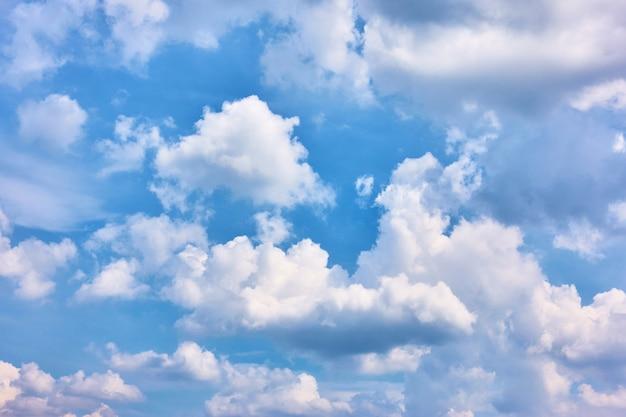Błękitne niebo z chmurami cumulusowymi - tylko niebo w tle