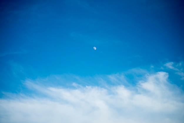 Błękitne niebo z chmurami i odbicie słońca w wodzie z miejscem na tekst. niesamowite chmury, mgła na niebie