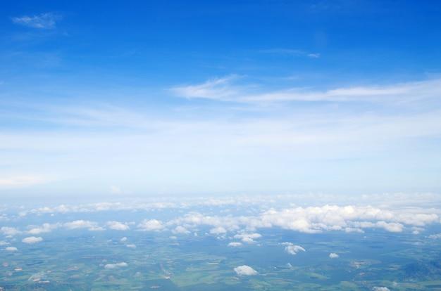 Błękitne niebo z chmurami i słońcem