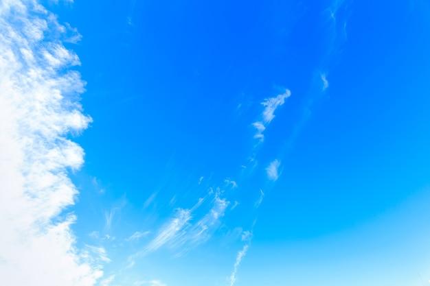 Błękitne niebo z chmurami. tło błękitnego nieba. miejsce na kopię.