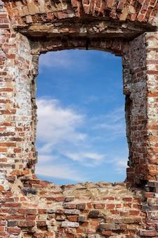 Błękitne niebo z chmurami w starym murem. zdjęcie wysokiej jakości