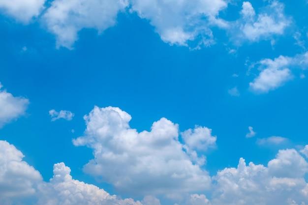 Błękitne niebo z chmurami zbliżenie na tle. puszysta chmura na niebieskim niebie.