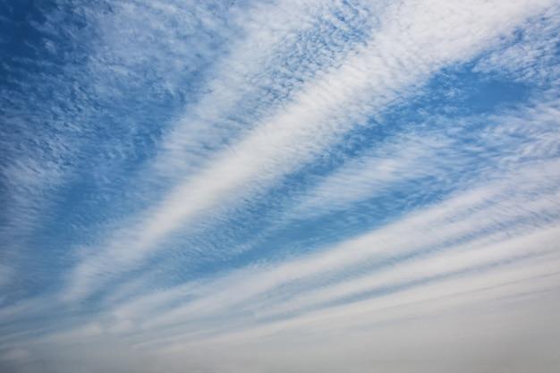 Błękitne niebo z chmurką