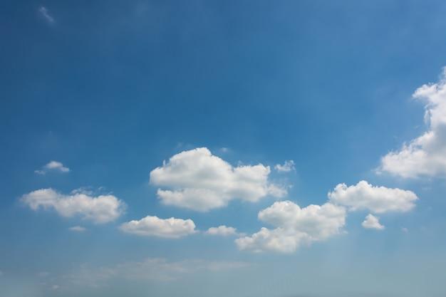 Błękitne niebo z chmury bliska