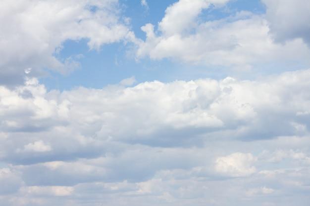 Błękitne niebo z dużą ilością chmur. naturalne czyste tło z miejsca kopiowania