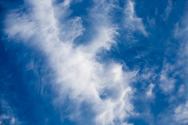 Błękitne niebo z dużą ilością chmur w słonecznej porze dnia, pochmurna pogoda w przyrodzie, gdzie chmury są oświetlone światłem słonecznym
