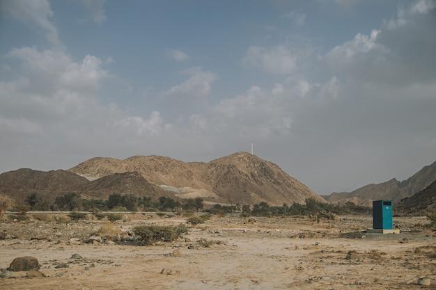 Błękitne niebo z górskim krajobrazem i widokiem na pustynię w pobliżu autostrady