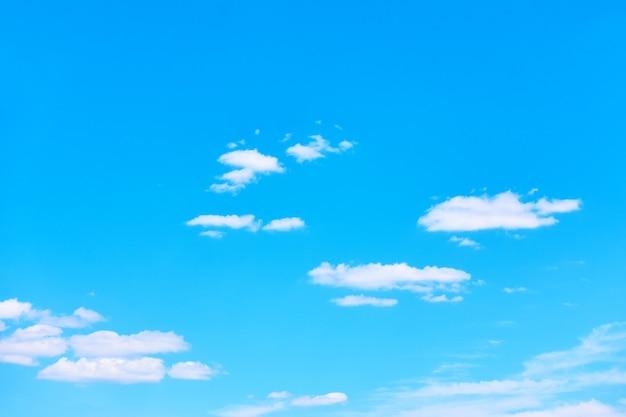 Błękitne niebo z jasnymi białymi chmurami - idealne tło z dużą przestrzenią do kopiowania