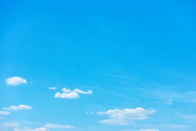 Błękitne niebo z jasnymi białymi chmurami - tło z dużą przestrzenią na kopię na górze