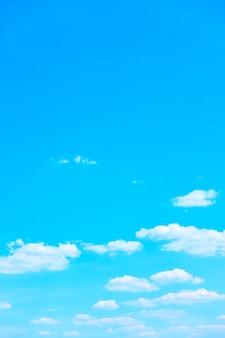 Błękitne niebo z jasnymi białymi chmurami - tło z miejscem na kopię