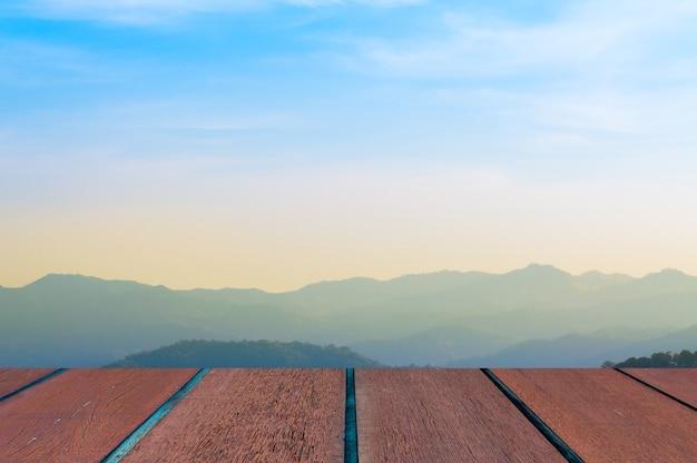 Błękitne niebo z krajobrazem i drewnianą podłogą, tło