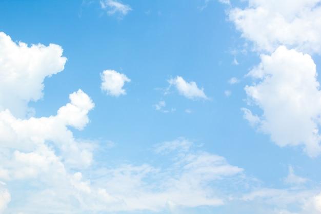 Błękitne niebo z małymi chmurkami.