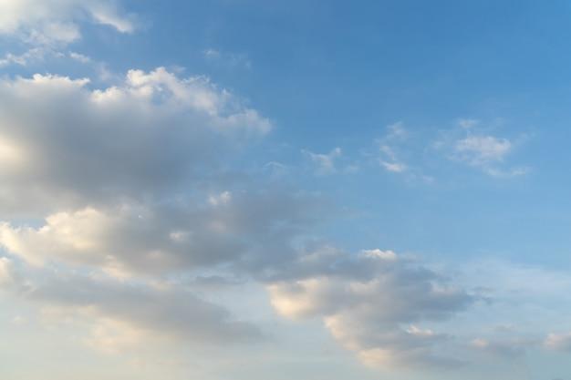 Błękitne niebo z miękkimi chmurami
