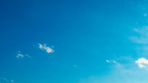 Błękitne niebo z puffy białe chmury