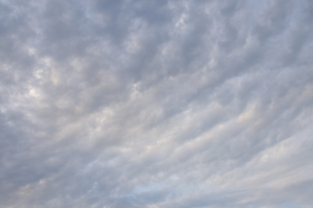 Błękitne niebo z puszystymi chmurami dla