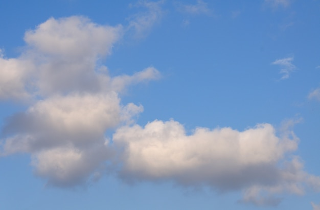 Błękitne niebo z puszystymi chmurami w tle