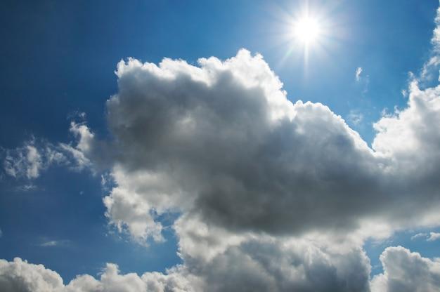 Błękitne niebo z puszystymi chmurami