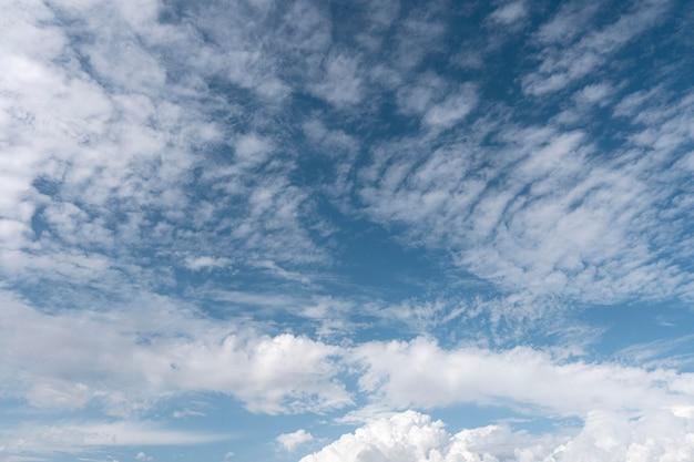 Błękitne niebo z wietrznymi chmurami strzał poziomy