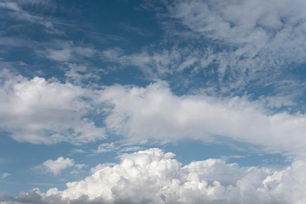 Błękitne niebo z wietrznymi chmurami