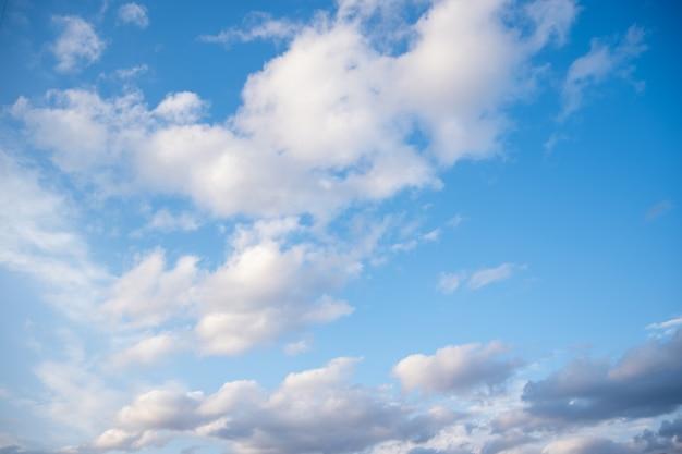 Błękitne niebo z zwykłą białą chmurą z miejscem na tekst