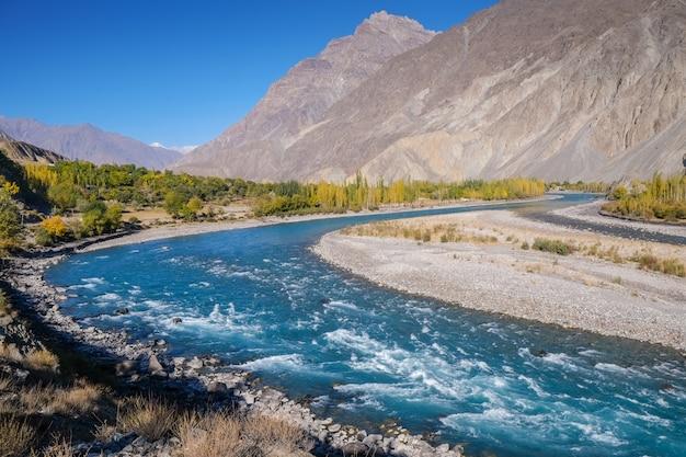 Błękitne wody gilgit rzeczny spływanie przez gupis, ghizer, gilgit-baltistan, pakistan.