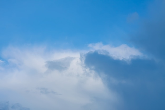 Błękitne zimowe niebo z chmurami