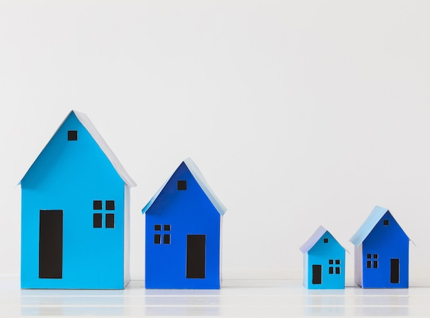 Błękitnego papieru domy na biel przestrzeni