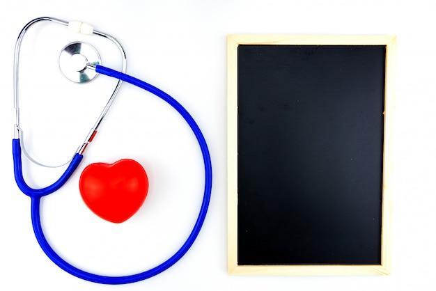 Błękitnego stetoskopu odosobniony i czerwony serce na białym tle