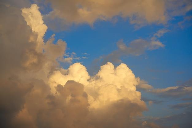Błękitnego zmierzchu nieba cumulusu złote chmury