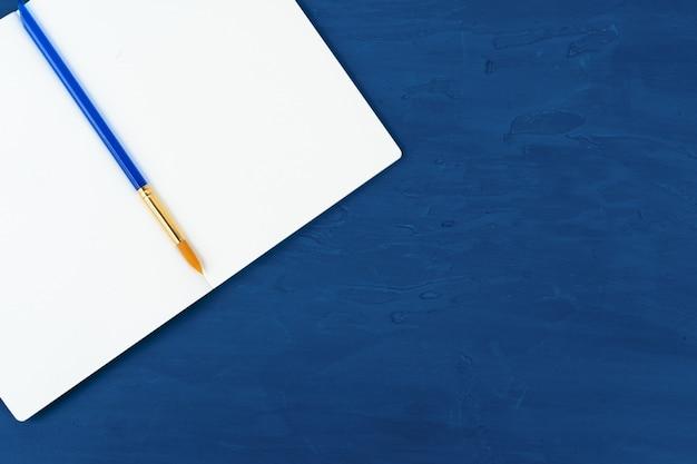 Błękitni farb muśnięcia na klasycznym błękitnym tle, widok od above