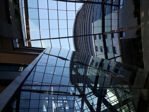 Błękitni odbicia na taflach budynek biurowy, biznesowy tło.