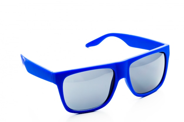 Błękitni okulary przeciwsłoneczni odizolowywający na białym tle