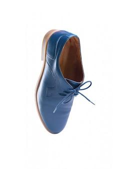 Błękitni rzemienni buty w perspektywie i odizolowywający na bielu