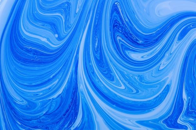 Błękitny abstrakcjonistyczny tło. białe i niebieskie farby akrylowe. marmurowa ciekła akrylowa tekstura.