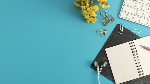 Błękitny biurowego biurka stół z kopii przestrzenią. płaskie leżało.