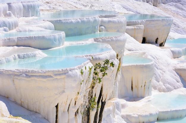 Błękitny cyan wodny trawertyn gromadzi przy antycznym hierapolis, teraz pamukkale, turcja