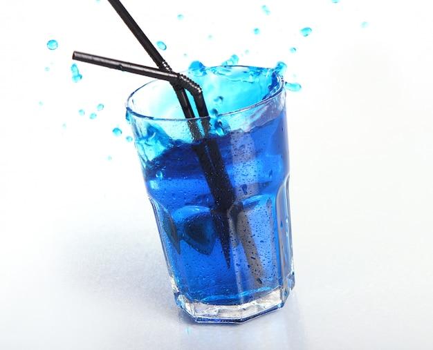 Błękitny koktajl z pluśnięciami odizolowywającymi na bielu