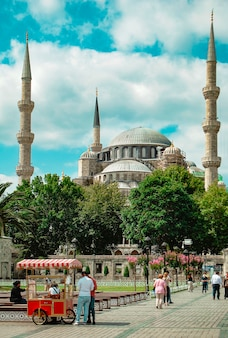 Błękitny meczet w oddali na placu sultanahmet w stambule.