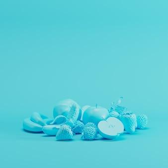 Błękitny mixfruit monotonny na pastelowym błękitnym tle. pomysł na minimalne owoce.