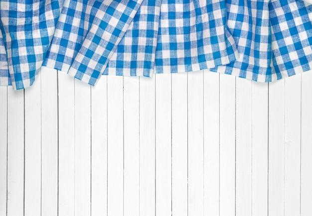 Błękitny obrus na drewnianym stole, odgórny widok
