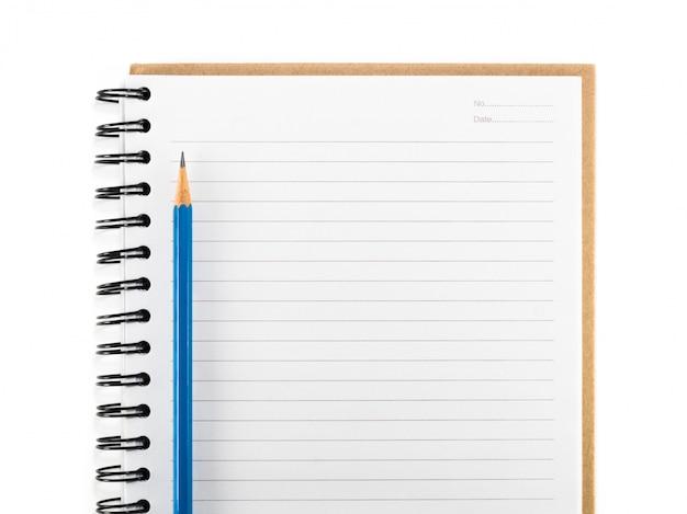 Błękitny ołówek na pustym notatniku odizolowywa
