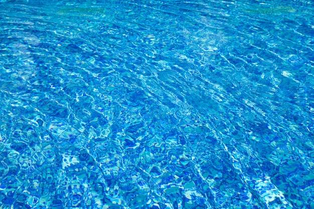 Błękitny pływacki basen, tło woda w pływackim basenie.