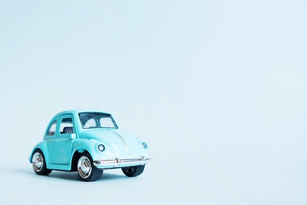 Błękitny retro zabawkarski samochód na błękicie