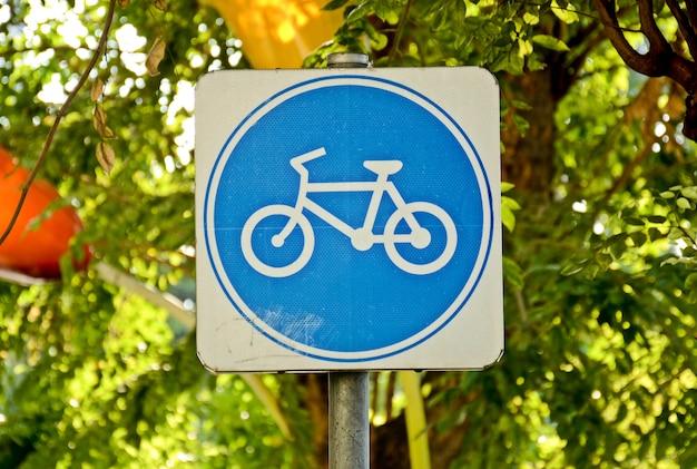 Błękitny rowerowy pas ruchu podpisuje wewnątrz miasto