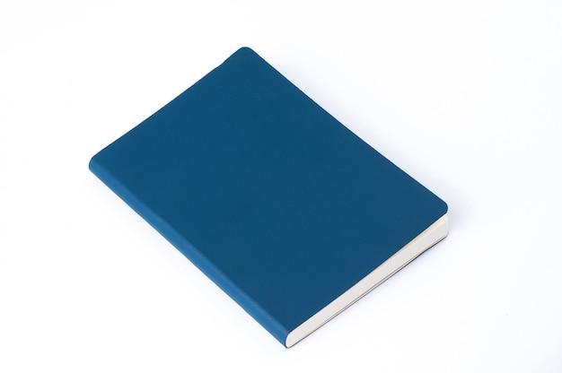 Błękitny rzemienny notatnik odizolowywający na białym tle
