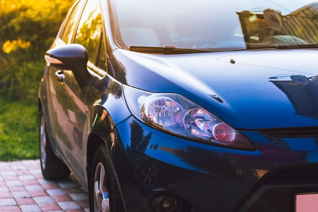 Błękitny samochodowy reflektoru zbliżenie